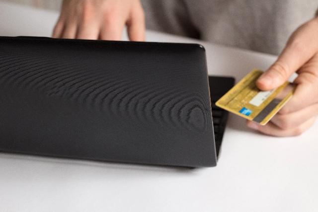 カードでネットショッピングイメージ