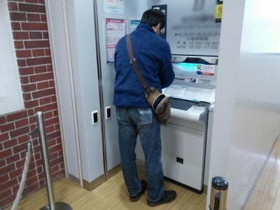 ATMでお金をおろす人