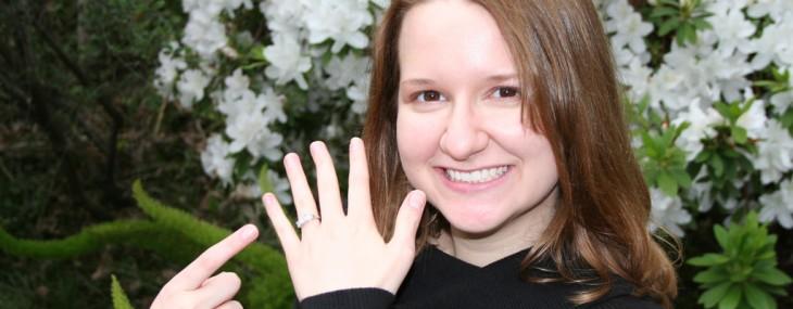 指輪を喜ぶ女性